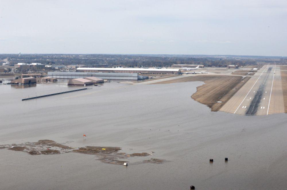 Территория на юго-восточной стороне базы «Оффатт» в Небраске, пострадавшая от подъема воды.