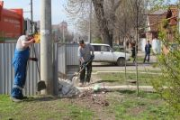 Сотрудники регоператора убирают площадки для мусорных контейнеров в Краснодаре.