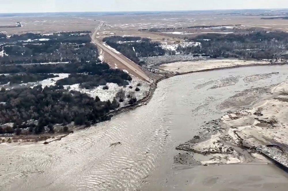 Трасса 281 в штате Небраска, разрушенная в результате наводнения.