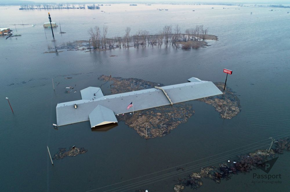 Крыша мотеля Bluff View во время наводнения недалеко от Гленвуда, штат Айова.