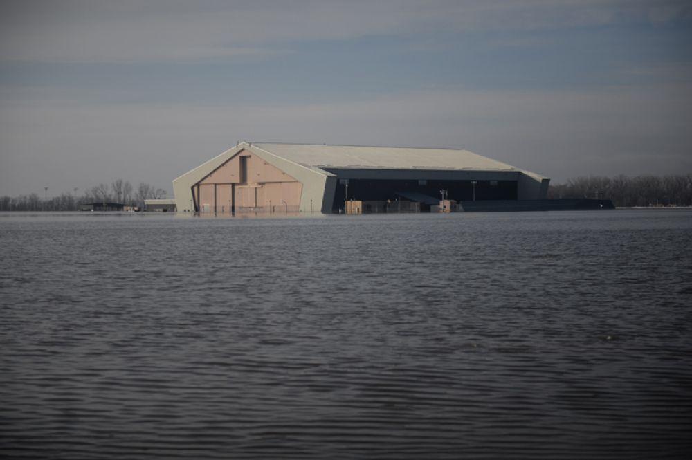 Затопленная территория на базе «Оффатт» в Небраске.