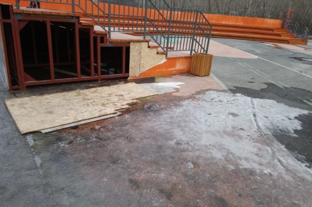 Вандалы разрушают скверы и парки.