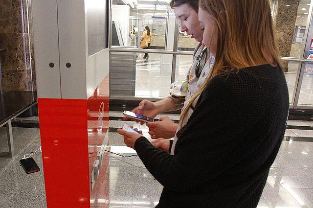 В столичном метро можно зарядить телефон, проложить маршрут, записаться наприём вполиклинику через бесплатную сеть Wi-Fi искачать нагаджет понравившуюся книгу.