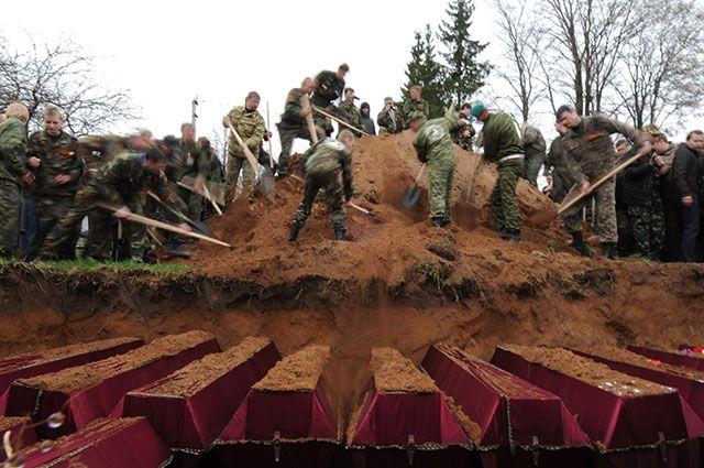 Перезахоронение останков погибших советских солдат состоялась на воинском мемориале в деревне Мясной бор.