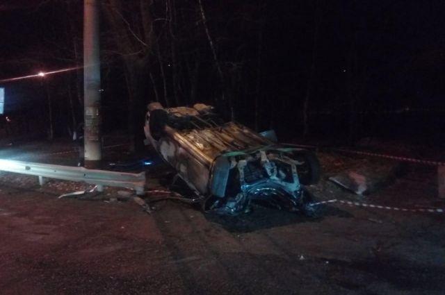 Водитель в Хабаровске врезался в дерево и погиб в горящей машине.