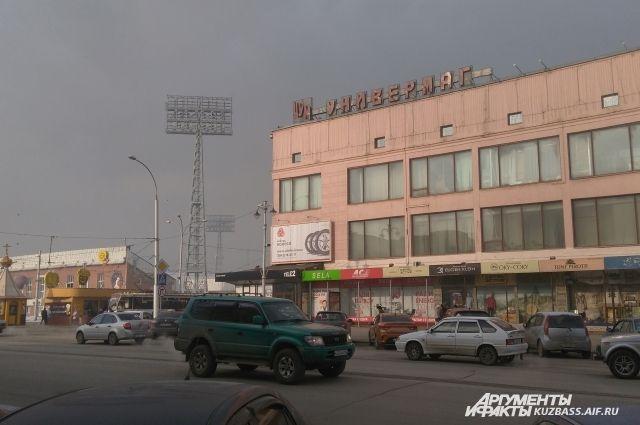 В Кемерове воздух ничуть не прозрачнее, чем в Новокузнецке, а грязь на фасадах говорит о том, сколько пыли вдыхают люди ежедневно.