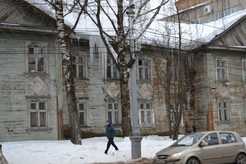 Интернациональная, 164. Ледяные сталактиты нависают со стороны пешеходной дорожки.