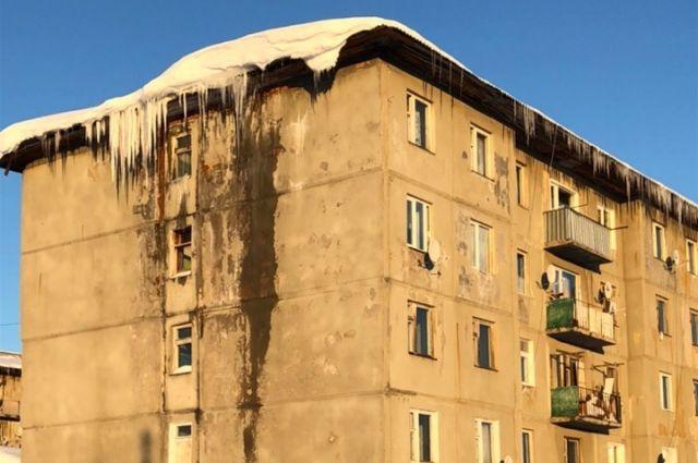 Из-за постоянной сырости в доме начал разрушаться фундамент дома.