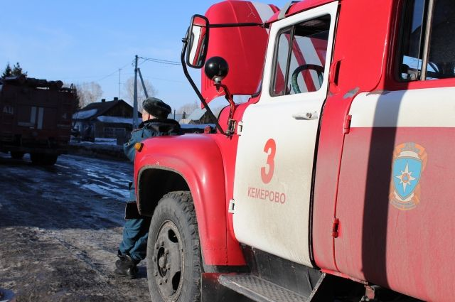 В Оренбурге на пожаре в заброшенном здании спасены двое мужчин