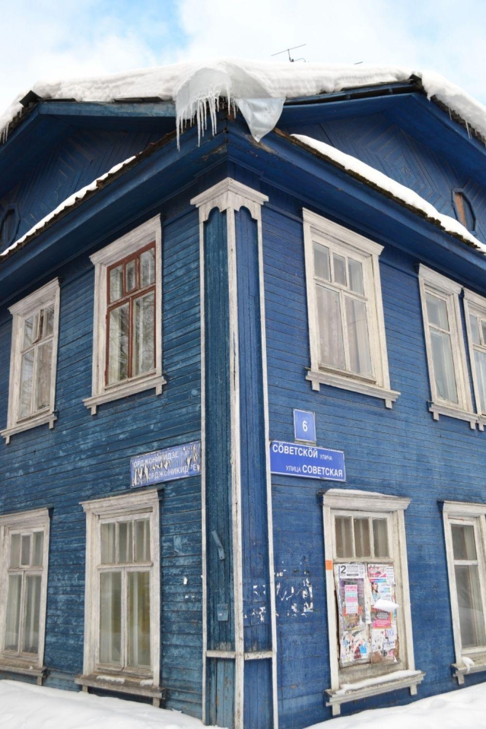 Дом №6 по ул.Советская стоит прямо напротив здания Главного управления МЧС по Коми. Но гулять здесь, в исторической части города, небезопасно. Поэтому пешеходы предпочитают передвигаться вдоль деревянного строения бегом.