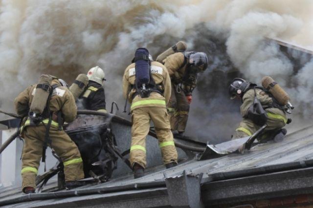 На месте ЧП работают пожарные и спасатели.