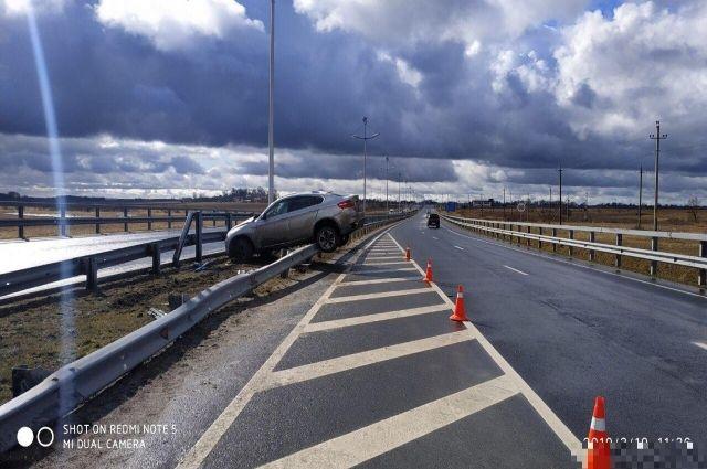 Под Зеленоградском автомобиль BMW повис на дорожном ограждении