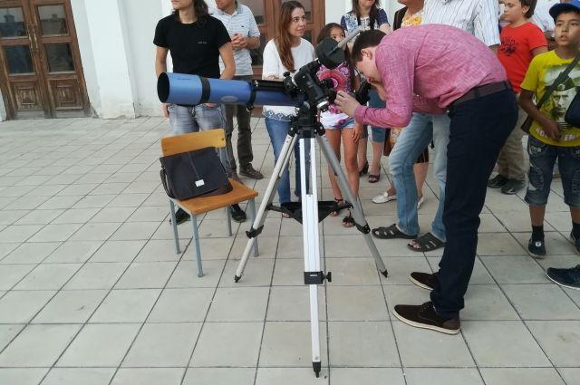 Объект очень маленький, поэтому в телескоп мы его не увидим.