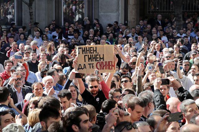 В руках демонстранта плакат: «Сгинем, сгинем, но тебя скинем».
