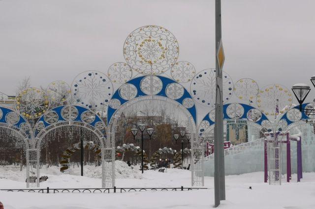 В Салехарде разбирают ледовый городок