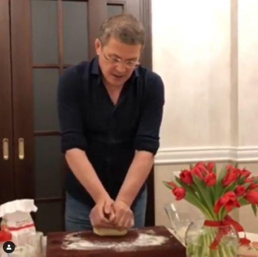 8 марта супруга врио Каринэ Хабирова опубликовала видео, как Радий Хабиров готовит тесто для пельменей и читает стихи.
