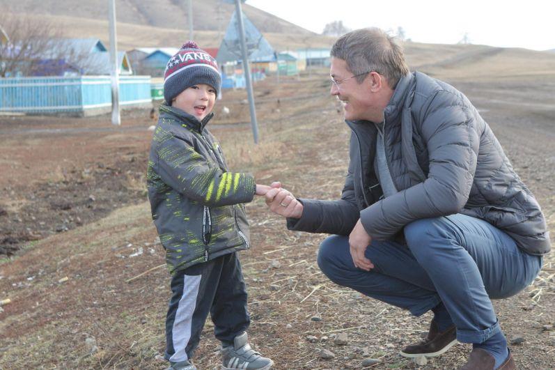 Ставший знаменитым кадр был сделан во время рабочей поездки в Абзелиловский район. В деревне Енекеево Хабиров поздоровался с гулявшим по улице мальчиком Рамазаном Хызыровым. Позже он лично приехал к нему и привез подарки.