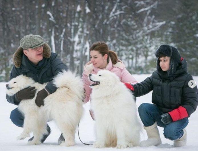 Радий Хабиров с супругой Каринэ и ее старшим сыном, которого он считает также и своим. В семье недавно родился еще один общий сын.