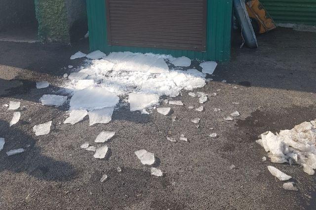 Эта глыба льда рухнула в метре от матери с ребёнком.