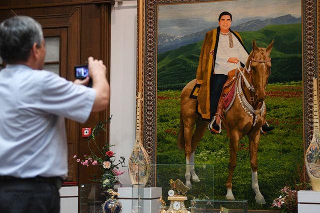 Портрет президента Гурбангулы Бердымухаммедова в музее Государственного культурного центра Туркменистана.