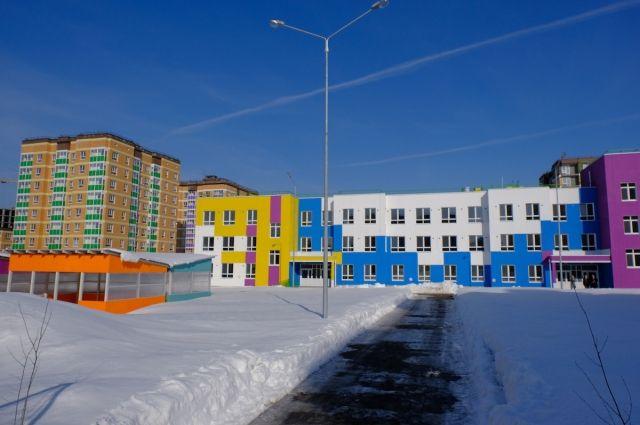 Девелопер должен построить за свой счёт два дошкольных учреждения на 300 и 350 мест, большую общеобразовательную школу, а также поликлинику с женской консультацией.