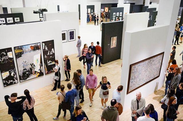 ВТретьяковской галерее гость  разделся дотрусов
