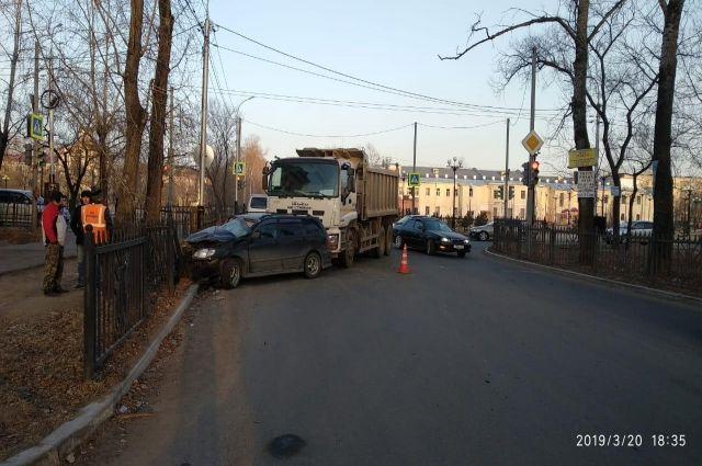 Хабаровчанка попала в больницу с переломами после ДТП с самосвалом.