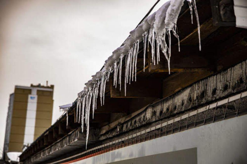 На некоторых крышах ещё появляются небольшие сосульки. Но они уже не несут никакой опасности для жителей города и их имущества.