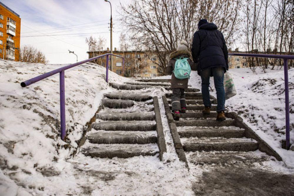 На некоторых лестницах города еще не исчезла наледь.