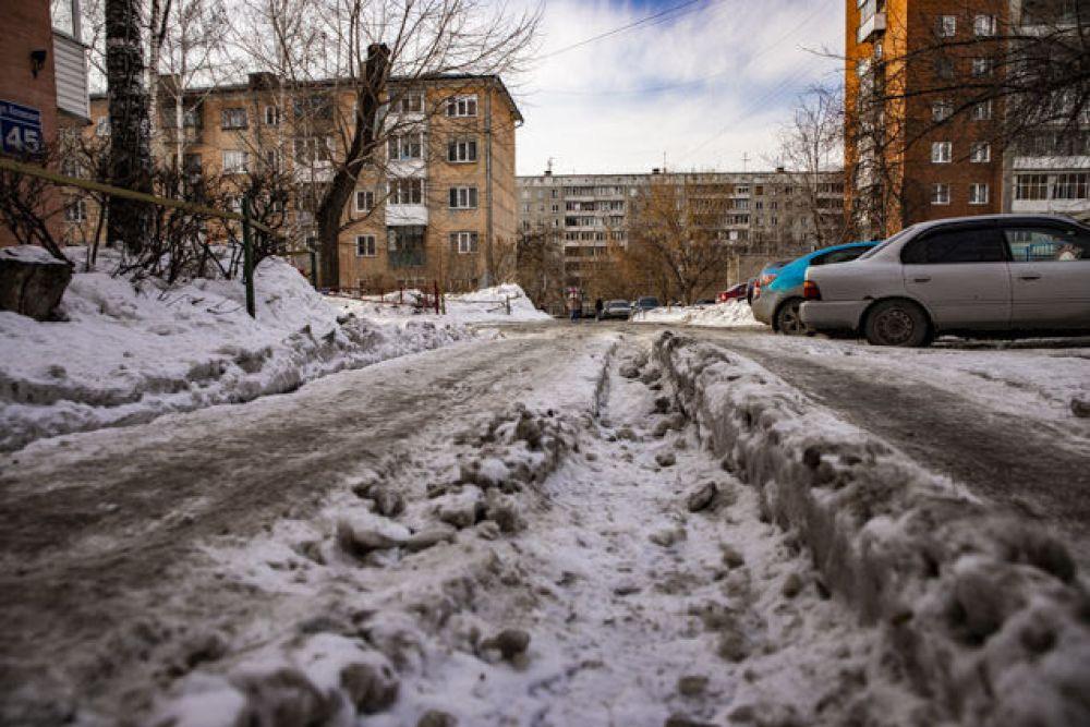 Горожане ждут, когда же снег в городе растает и начнут распускаться деревья и цветы.