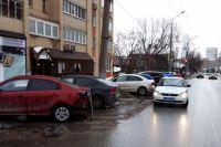 Неизвестный водитель допустил наезд на красную Kia Rio, стоявшую около дома на улице Екатерининская, 24.