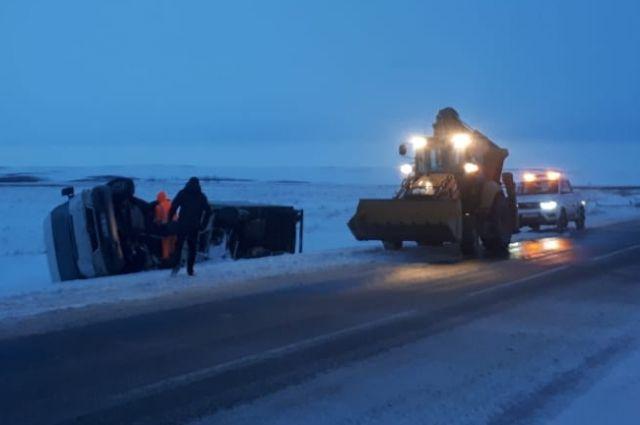 В Оренбуржье из кювета помогли выбраться водителю иностранного государства.