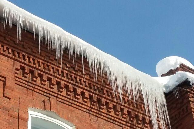 Девочка стояла возле дома в посёлке Звёздный, когда на неё рухнула глыба снега и льда.