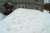 Жителей дома 16 по ул. Оплеснина завалили снегом по самые окна.