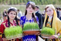 Девушки с ростками пшеницы на празднике Навруз.