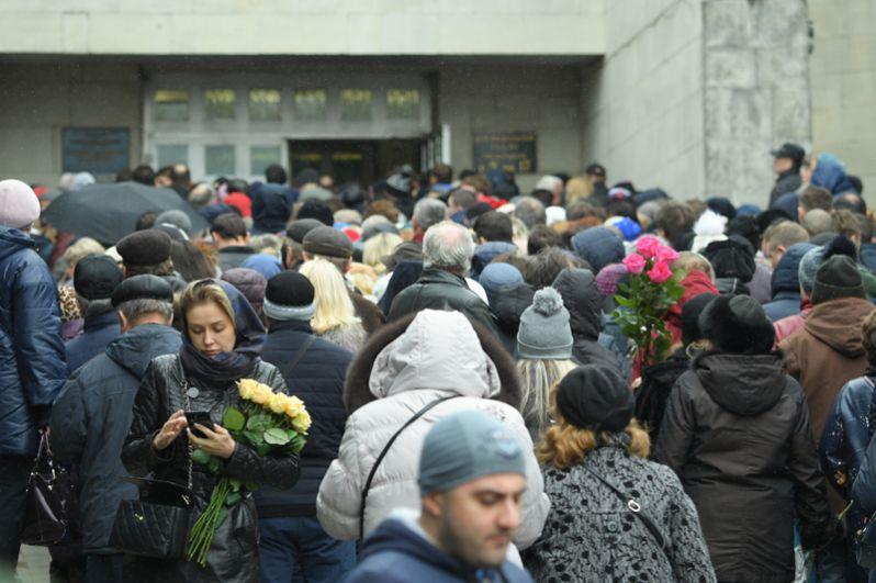 Люди в очереди у входа в Траурный зал Троекуровского кладбища в Москве, где проходит церемония прощания с певицей Юлией Началовой.