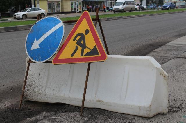 На участке коллектора в газонной части возле автостоянки по улице Анри Барбюса, 54 образовался провал грунта.