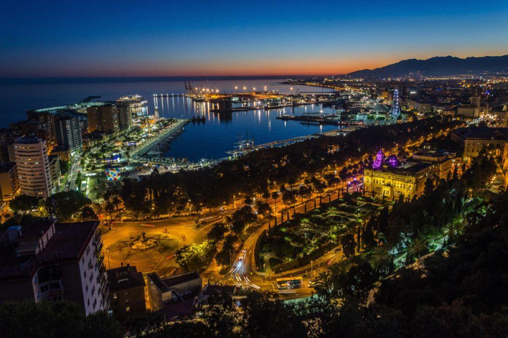 Малага, Испания. Вместо Барселоны и Мадрида в этом году лучше отправиться в Малагу. Прогуляться по аллеям исторического центра, подышать морским воздухом на набережных, сделать покупки на пристани и выпить коктейль на крыше модного бара.