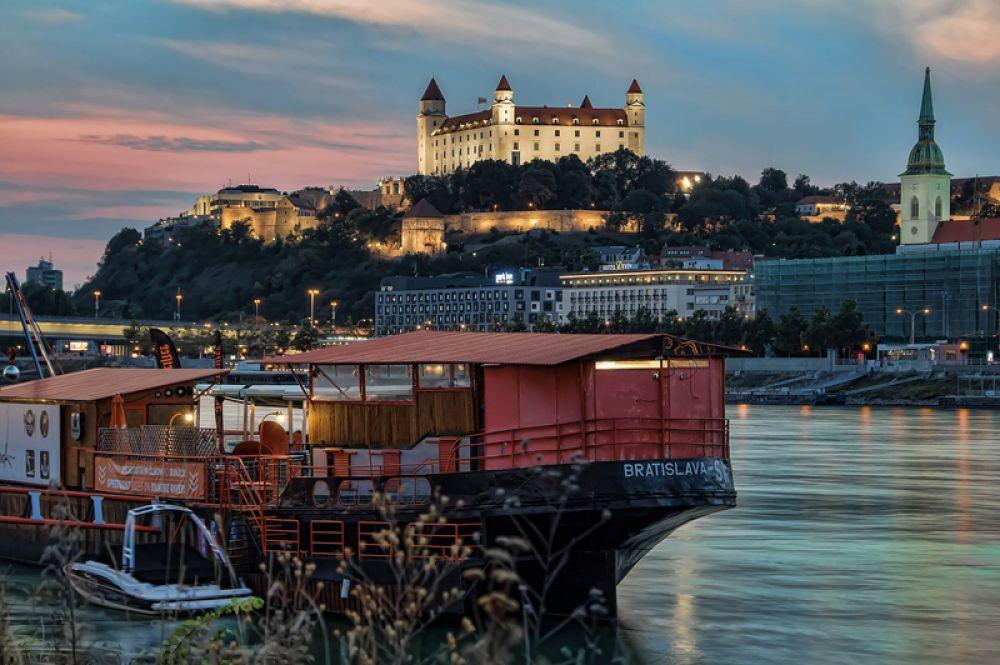 Братислава, Словакия. Не только близость к другим европейским столицам привлекает сюда путешественников. Город славится своей историей, исключительной кухней и уникальной атмосферой.