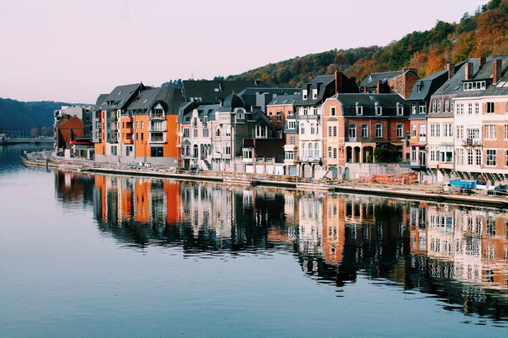 Динант, Бельгия. Этот городок, расположенный на юге Бельгии, нисколько не уступает популярным Брюгге или Антверпену. А панорама Динанта в обрамлении реки и скал похожа на открытку.