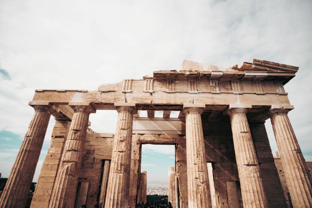 Афины, Греция. Афины стабильно входят в число лучших направлений и ежегодно привлекают путешественников со всего мира. Сюда едут за архитектурой, местной кухней, модными магазинами и ночной жизнью, а близость к морю (15 минут от центра) делает город еще более привлекательным.