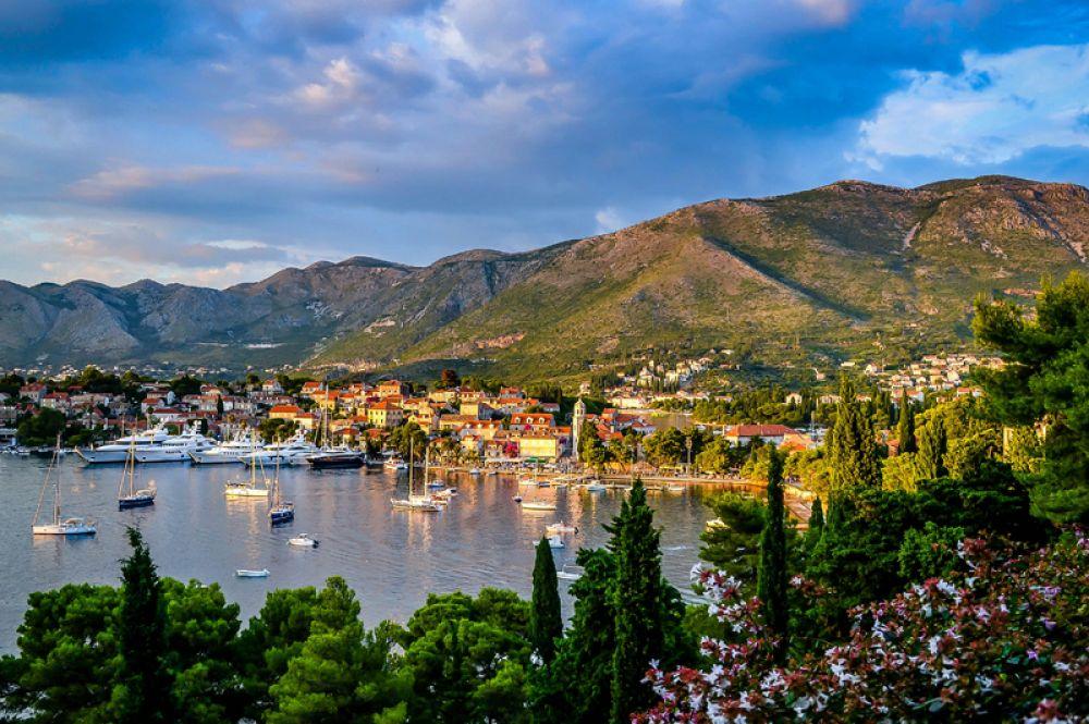Цавтат, Хорватия. Расположенный всего в 20 километрах от Дубровника, этот небольшой городок является настоящей жемчужиной Адриатического моря. Он покоряет красотой пейзажей, богатым культурным наследием и гастрономией.