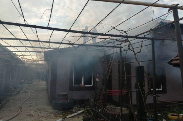 По предварительным данным, причиной возгорания могли стать игры детей с огнем.