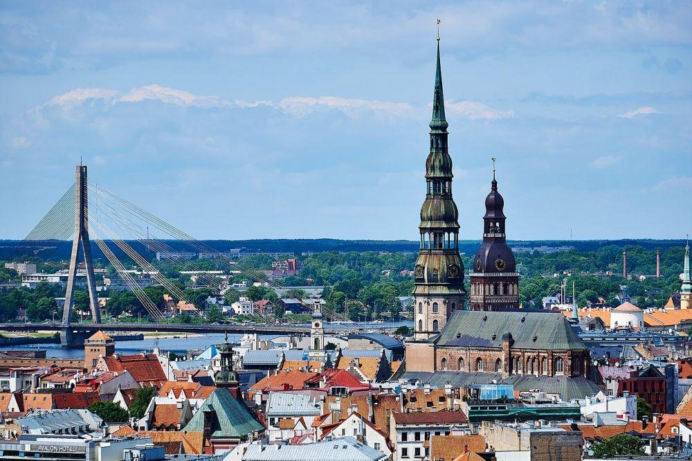 Рига, Латвия. Рига — идеальный город для гурманов и любителей архитектуры. Старый город полон традиционных ресторанов и современных кафе и соседствует с торговыми улицами, где можно купить, в том числе, вещи местных дизайнеров.