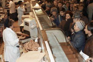 Жители Москвы стоят в очереди за мясными продуктам во время тотального дефицита товаров в СССР в начале 90-х годов.