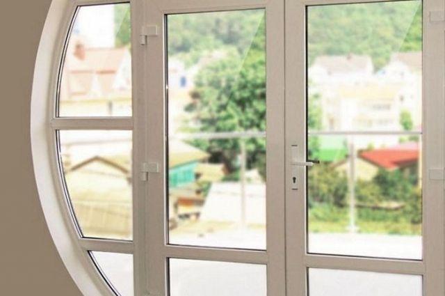 Хабаровчане сняли со здания пластиковые окна и продали их.