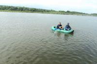 В низовьях Днепра спасатели ищут двух жителей Белозерского района, которые рыбачили на моторной лодке.
