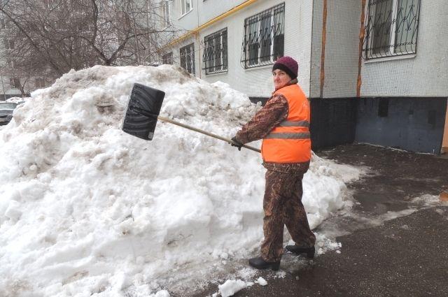 Антонина Лезюкова работает дворником 34 года