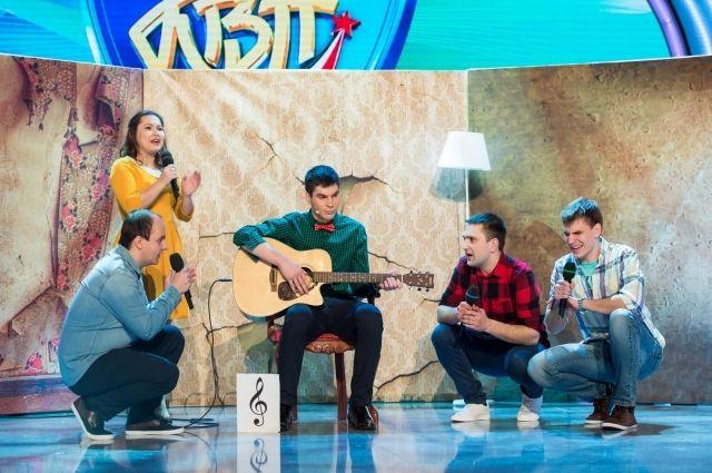 На фото Богдан Лисевский находится в центре (с гитарой).