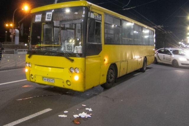 Двое из трех женщин, которых сбила маршрутка возле станции метро Дорогожичи в Киеве накануне вечером, находятся в тяжелом состоянии.